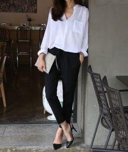 También puedes optar por una blusa blanca oversize, cómoda y formal.
