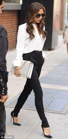 Aunque este look es muy clásico los pantalones a la cintura están muy in y le aportan e dado trendy.