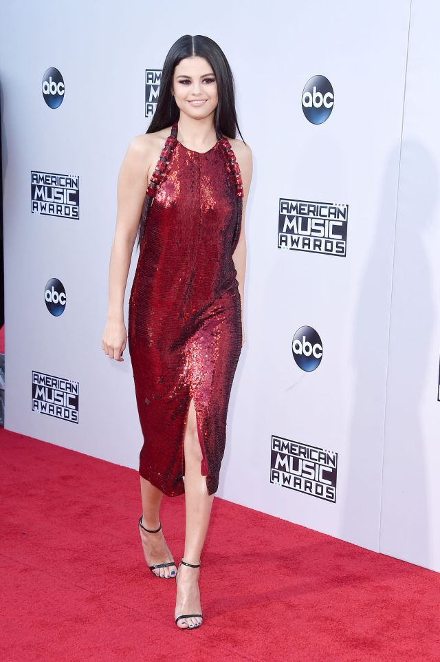 selena-gomez-ama-fashion-red-carpet-2015-front-main