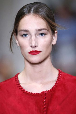 hbz-ss2016-trends-makeup-red-lips-oscar-de-la-renta-gettyimages-488448106