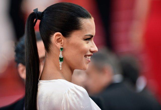 premiere-Julieta-Adriana-Lima-wore-her-glossy-brunette